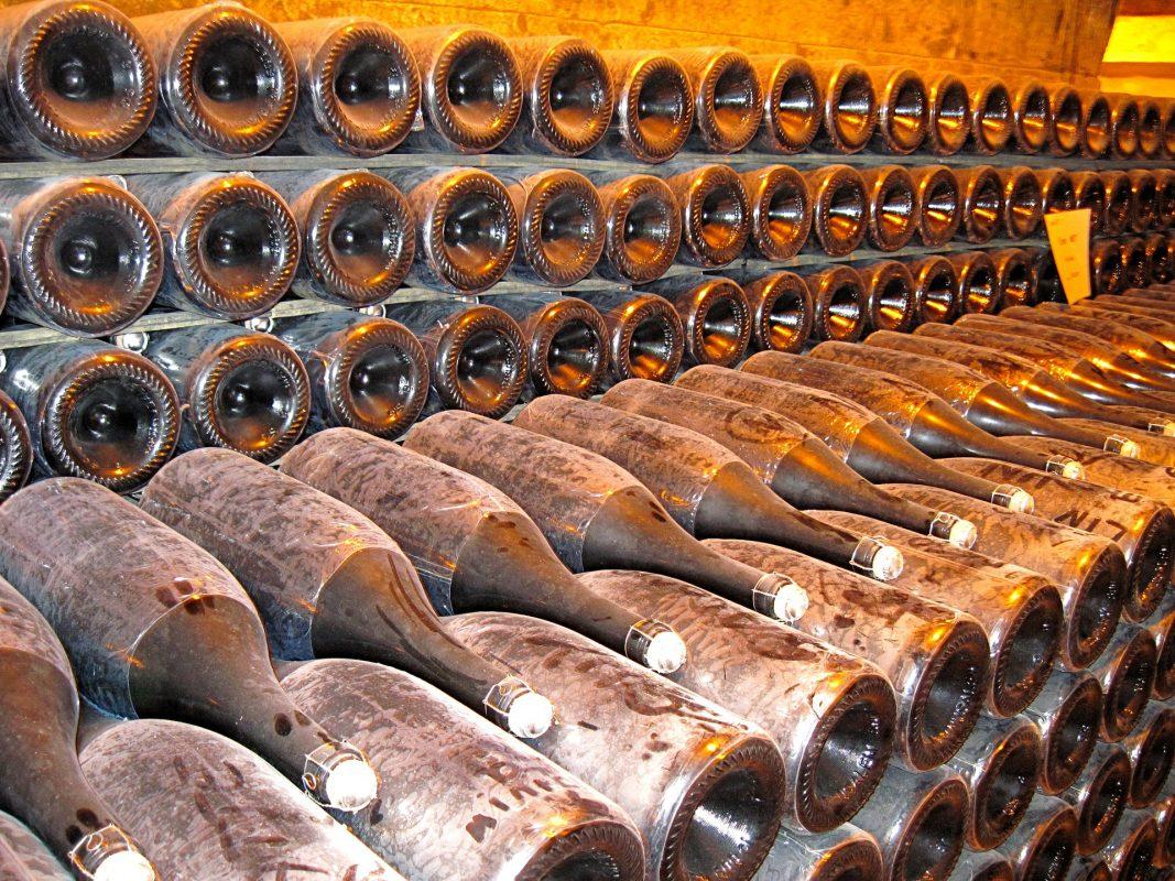 Dom Perignon - da li je on zaista tvorac prvog šampanjca? Jedna od mnogih verzija o istoriji Šampanjca, možda i najpoznatija, je da je monah Dom Perignon izmislio šampanjac. Ova priča je sumnjiva jer nekoliko pronađenih dokumenata pokazuje da je Englez već proizvodio penušavo vino i da je Dom Perignon najpre pokušao da eliminiše mehuriće u vinu, jer će se boce pokvariti pod pritiskom druge fermentacije. Dom Perignon počeo je sa proizvodnjom vina u regionu Šampanje 1668. On je pronalazač druge fermentacije u boci što ga sigurno čini osnivačem Šampanjca kakav znamo. Dom Perignon je bio i prvi vinara koji je proizvodio bijelo vino od plavog grožđa; takođe je razvio regulisani Methode Traditionelle (pre 1994. godine nazvan Methode Champenoise). Pored toga, on je i osnivač različitih tehnika za proizvodnju penušavih vina koja se koriste i do danas.